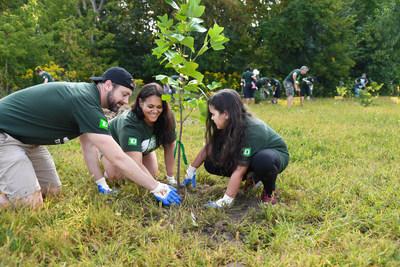 La collectivité de London célèbre la plantation du 300 000e arbre des Journées des arbres TD avec le soutien de l'Office de protection de la nature de la rivière Thames supérieure. Le programme phare de bénévolat verdit le Canada depuis 2010. (Groupe CNW/Groupe Banque TD)