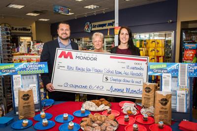 Jimmy Mondor, propriétaire du Shell, avec deux membres de son équipe qui auront la chance de l'accompagner dans le Sud (Groupe CNW/Loto-Québec - Communications)