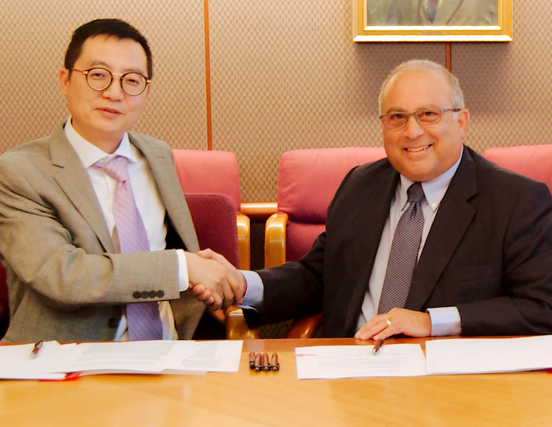 Yuet Chai, Chairman, China Horae Capital Management Group Co., Ltd., and Eliot Lurier, CFO and COO, Joslin Diabetes Center (Credit:  Joslin Diabetes Center)