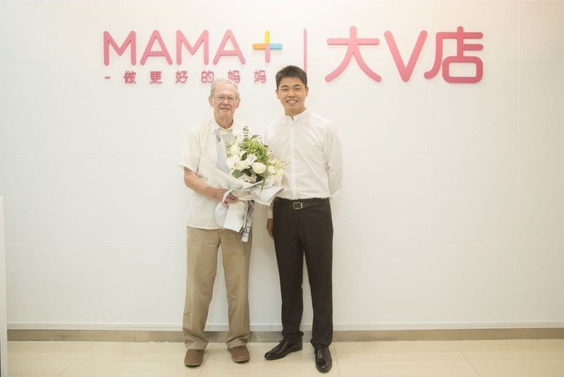 Professor Richard Cooper and MAMA+'s founder Ha Ba engaged in cordial communicaiton in the headquarter of MAMA+ Inc.