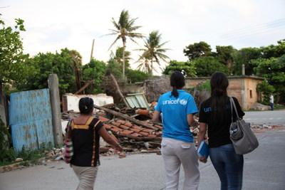 À San Pedro Huilotepec, Oaxaca, des employés de l'UNICEF évaluent les dommages causés par le tremblement de terre. © UNICEF México/JSolis (Groupe CNW/UNICEF Canada)
