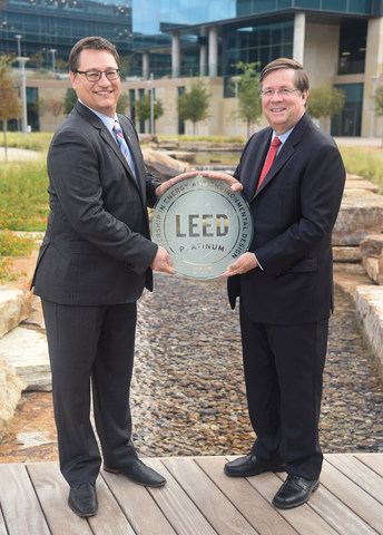 El CEO de TMNA Jim Lentz (a la derecha) recibe la certificación Platino de LEED de Jonathan Kraatz (a la izquierda), director ejecutivo del Consejo de la Construcción Ecológica de los Estados Unidos, sección de Dallas, por las técnicas de construcción ecológicas el 21 de septiembre de 2017.