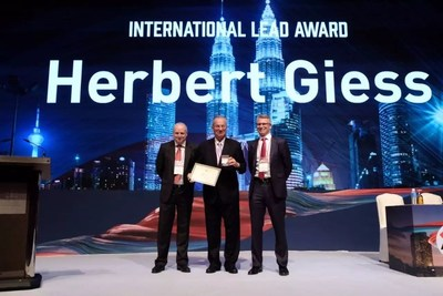 Herbert Giess avec Mark Stevenson (à gauche) et Andy Bush (à droite) (PRNewsfoto/Narada Power Source Co.,Ltd)