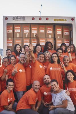 Des bénévoles de Sunwing à Montréal devant 480 boîtes d'articles d'aide humanitaire prêtes à être transportées par avion Sunwing à Varadero, Cuba. (Groupe CNW/Sunwing Foundation)