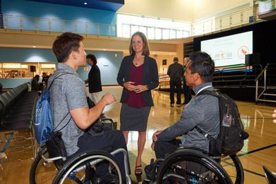 La Dre Laura Misener avec délégués au conférence VISTA 2017: Brian Summers (Groupe CNW/Comité paralympique canadien (CPC))