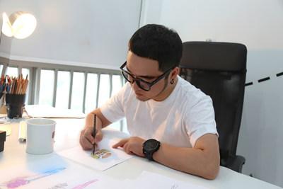 El diseñador chino Big-King realiza el croquis de un diseño inspirado en GuangYuYuan para su debut en la Semana de la Moda de París