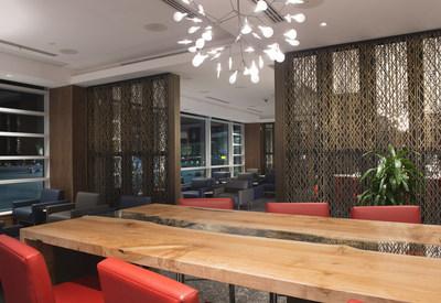 Air Canada dévoile à YVR son nouveau salon Feuille d'érable pour les vols internationaux qui met en vedette des artistes et des designers de la Colombie-Britannique (Groupe CNW/Air Canada)