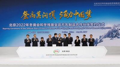 Zhang Jiandong, deputy mayor of Beijing city and executive vice-chairman of the Beijing 2022, and Pan Gang, chairman of Inner Mongolia Yili Industrial Group, reach a partnership agreement in Beijing on Aug 30, 2017. (PRNewsfoto/Inner Mongolia Yili Industrial)