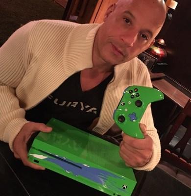 Vin Diesel com o console do Xbox One S inspirado em Paul Walker que será sorteado no dia 1º de outubro, domingo, durante o Game4Paul, evento de caridade da Reach Out WorldWide que será transmitido ao vivo em Mixer.com/xbox (PRNewsfoto/Xbox)