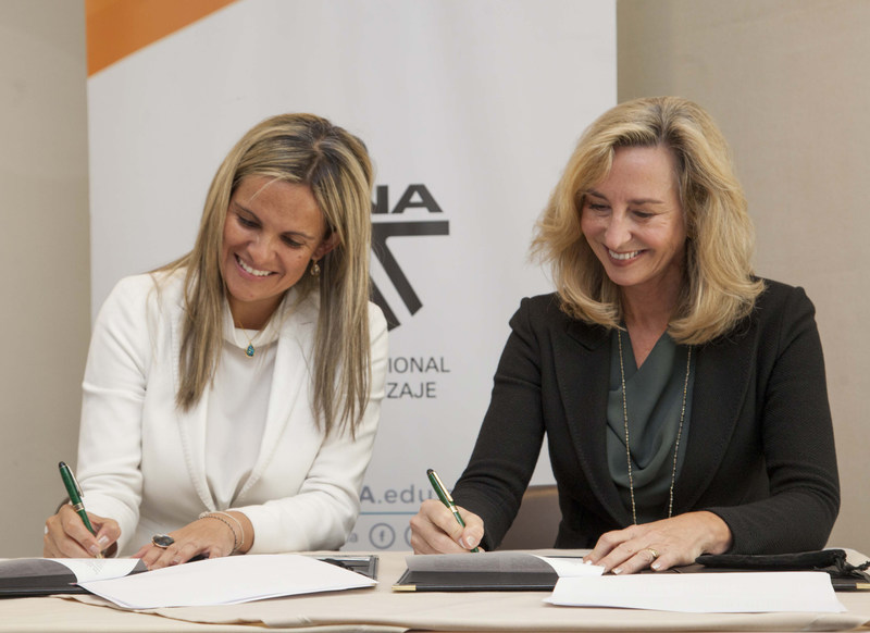 SENA General Director María Andrea Nieto and Babson College President Kerry Healey sign the collaboration agreement in Bogotá on September 26.