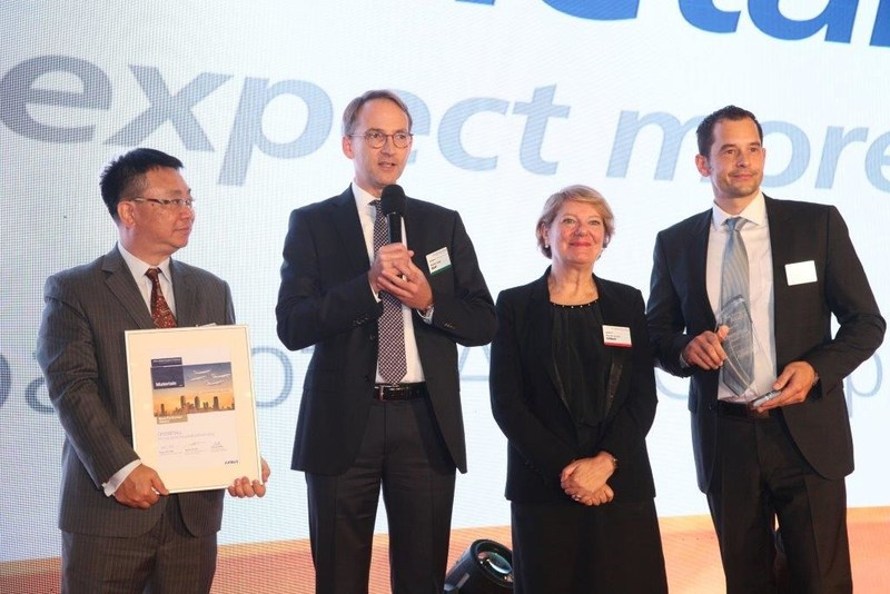 Chemetall has been awarded the Best Performer Award from Airbus. It was handed over by Nicole Lecca (Airbus Senior Vice President Material & Parts Procurement, second from right) to Arthur Yau (General Manager Chemetall Hong-Kong), Dr. Martin Jung (Senior Vice President Surface Treatment), and Hendrik Becker (Global Aerospace Manager Chemetall, from left to right). © Airbus