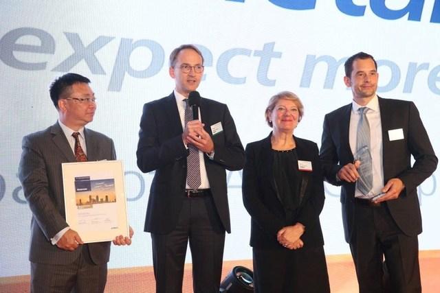 Chemetall recibe Premio por Mejor Ejecución de Airbus. La distinción fue entregada por Nicole Lecca (vicepresidenta de Adquisición de materiales y partes de Airbus, segunda desde la derecha) a Arthur Yau (director general de Chemetall Hong-Kong), el Dr. Martin Jung (vicepresidente senior de Tratamiento de superficies), y Hendrik Becker (gerente aeroespacial global de Chemetall, de izquierda a derecha). © Airbus
