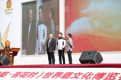 Jin Zhiguo's collection certificate is awarded by Tan Zhongbao