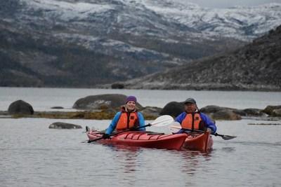 Catherine McKenna, ministre de l''Environnement et du Changement climatique et ministre responsable de Parcs Canada, et Johannes Lampe, président du gouvernement du Nunatsiavut, en kayak dans la mer du Labrador (Groupe CNW/Parcs Canada)