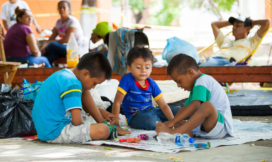 A group of children improvise a game at a shelter area for those affected by the 7 September earthquake in Juchitán, Oaxaca, Mexico. © UNICEF/UN0125930/Solís (CNW Group/UNICEF Canada)