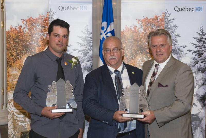 De gauche à droite : Mathieu Malenfant, lauréat du Centre-du-Québec (motoneige), Gervais Grenier, en remplacement de Ghislain St-Pierre, lauréat du Centre-du-Québec (VTT), et Laurent Lessard, ministre des Transports, de la Mobilité durable et de l'Électrification des transports. (Groupe CNW/Ministère des Transports, de la Mobilité durable et de l'Électrification des transports)