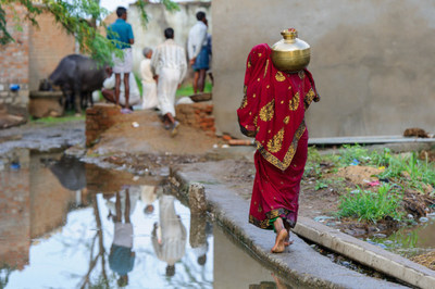 A woman collects water in the village of Narai Ka Pura in Madhya Pradesh India. (CNW Group/WaterAid Canada)