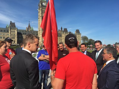 Veterans Affairs Minister Seamus O'Regan listens to Renos for Heroes supporters speak (CNW Group/Renos for Heroes)
