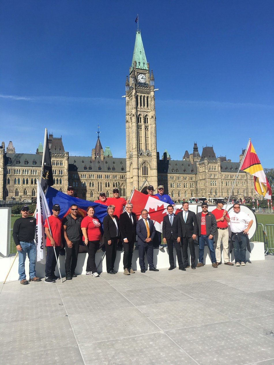 Renos for Heroes supporters and Carpenters' Union representatives pose in front of Parliament Building (CNW Group/Renos for Heroes)