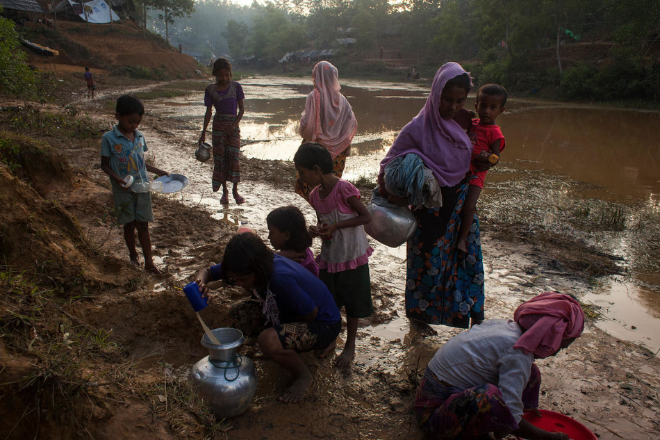 Rohingya refugees are using muddy, non-potable water for cooking in the newly built Kutupalong Makeshift Camp in a Rubber plantation. Cox's Bazar - Bangladesh. © UNICEF/UN0126223/Brown (CNW Group/UNICEF Canada)