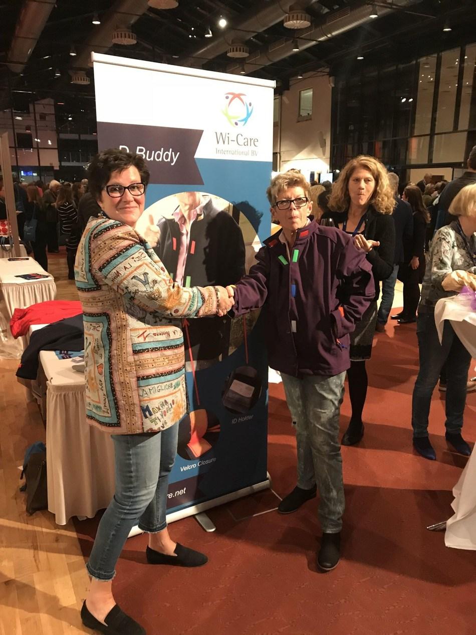 'Wilma Verhoeks reikt eerste my-DBuddy jas uit aan de Duitse dementie activiste Helga Rohra' (PRNewsfoto/Wi-Care)