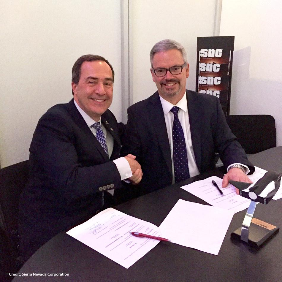 Sylvain Laporte, président de l'ASC et Mark Sirangelo, vice-président directeur, Systèmes spatiaux, SNC (Groupe CNW/Agence spatiale canadienne)