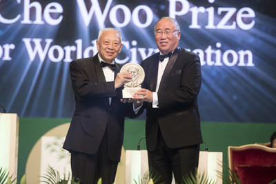 Mr. Xie Zhenhua receiving the Sustainability Prize of LUI Che Woo Prize - Prize for World Civilisation 2017.