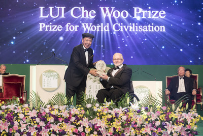 Sir Philip Craven, President of International Paralympic Committee (IPC), representing IPC, receiving the Positive Energy Prize of LUI Che Woo Prize - Prize for World Civilisation 2017.