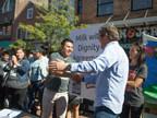 Ben & Jerry's y Migrant Justice firman Acuerdo sobre Leche con Dignidad el 3 de octubre de 2017 en Burlington, Vermont (PRNewsfoto/Ben & Jerry's)