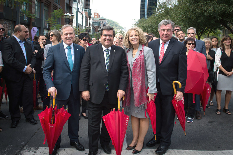 Centraide of Greater Montreal's 2017 campaign kickoff - At the head of Centraide's Generosity March: Lili-Anna Pereša, President and Executive Director of Centraide of Greater Montreal, and Denis Coderre, Mayor of Montreal, together with Centraide's 2017 campaign co-chairs, Louis Audet, President and CEO of Cogeco, and James C. Cherry, Corporate Director. (CNW Group/Centraide of Greater Montreal)