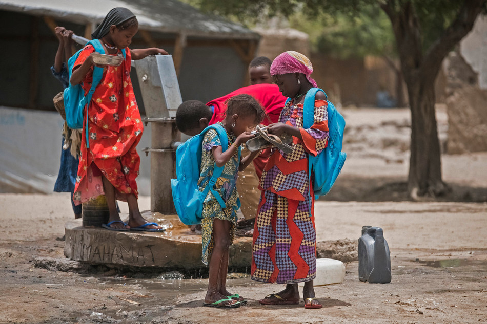 Chadian children drink water from a water point in a Yakoua school yard in Bol, Lake Region, Chad, April 2017. © UNICEF/UN060495/Sokhin (CNW Group/UNICEF Canada)