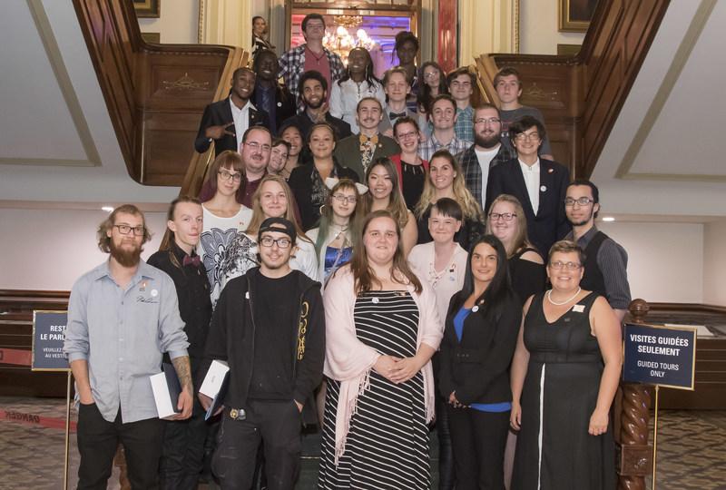Les lauréats et lauréates des prix Leviers 2017 et Sylvie Norris, directrice du ROCAJQ (Groupe CNW/Regroupement des organismes communautaires autonomes jeunesse du Québec)