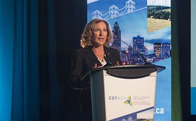 Mme Kim Rudd, secrétaire parlementaire du ministre des Ressources naturelles du Canada, M. Jim Carr, a prononcé un discours lors du dîner-conférence du 33e Congrès annuel et salon professionnel de l'Association canadienne de l'énergie éolienne (CanWEA), le jeudi 5 octobre 2017 à Montréal. (Groupe CNW/Association canadienne de l'énergie éolienne)