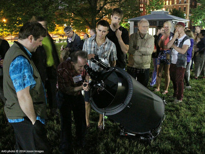 Astronomer Jason Kendall (left) shares the view through his 15-inch-diameter telescope with visitors to Boston Common at a star party held during the June 2014 meeting of the American Astronomical Society. AAS photo (C) 2014 Joson Images.