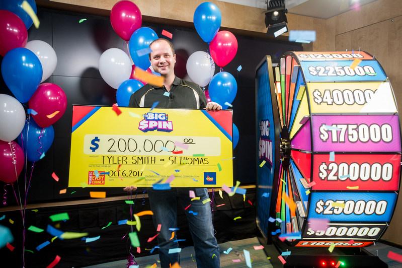 Tyler Smith, de St. Thomas, célèbre après avoir fait tourner la roue THE BIG SPIN au Centre des prix OLG de Toronto et remporté 200 000 $. M. Smith est le quatrième gagnant d'un gros lot du tout nouveau jeu INSTANT d'OLG, THE BIG SPIN. (Groupe CNW/OLG Winners)