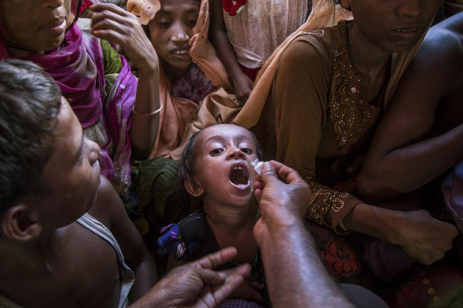 Un enfant rohingya reçoit un vaccin dans le cadre d'une campagne massive d'immunisation contre le choléra à Cox's Bazar, au Bangladesh. (Groupe CNW/UNICEF Canada)