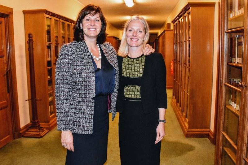 La ministre de l'Environnement et du Changement climatique, Catherine McKenna, et son homologue du Royaume-Uni, la ministre d'État chargée des Changements climatiques et de l'industrie, à l'issue d'une réunion aux Chambres du Parlement de Londres. (Groupe CNW/Environnement et Changement climatique Canada)