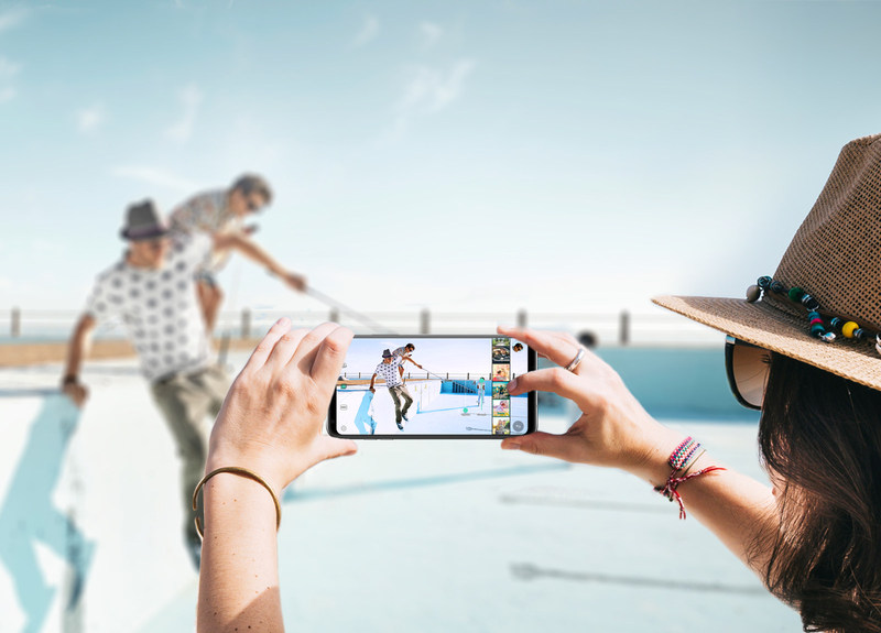 The LG V30 marks an ultimate expression of visual quality, with seamless curves, minimal bezels, and a 6-inch OLED FullVision display spanning from edge to edge - all fitting in the palm of your hand. (CNW Group/LG Electronics Canada)