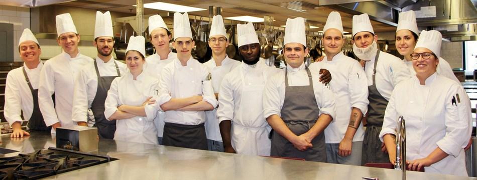 Les étudiants de Formation supérieure en cuisine de l'Institut de tourisme et d'hôtellerie du Québec qui participeront au 2e Concours de la relève culinaire Le Porc Show. (Groupe CNW/Le Porc Show)