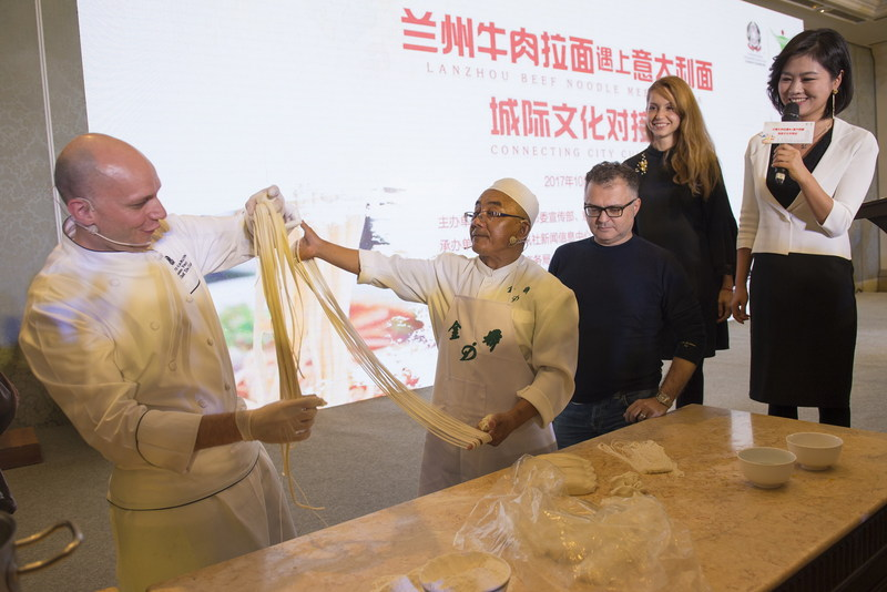 Chef De Cuisine Amedeo Ferri learns to make Lanzhou beef noodles with Chef Ma Wenbin (PRNewsfoto/Publicity Department of the CPC)