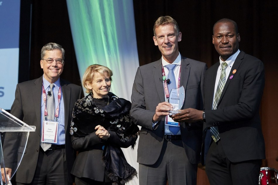 BIRDS Satellite Project represented by Taiwo Tejumola wins the 2017 GEDC Airbus Diversity Award in Niagara Falls, Canada (PRNewsfoto/Airbus)