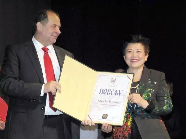 Linda Wong receiving Uzice's Lifetime Contribution Award