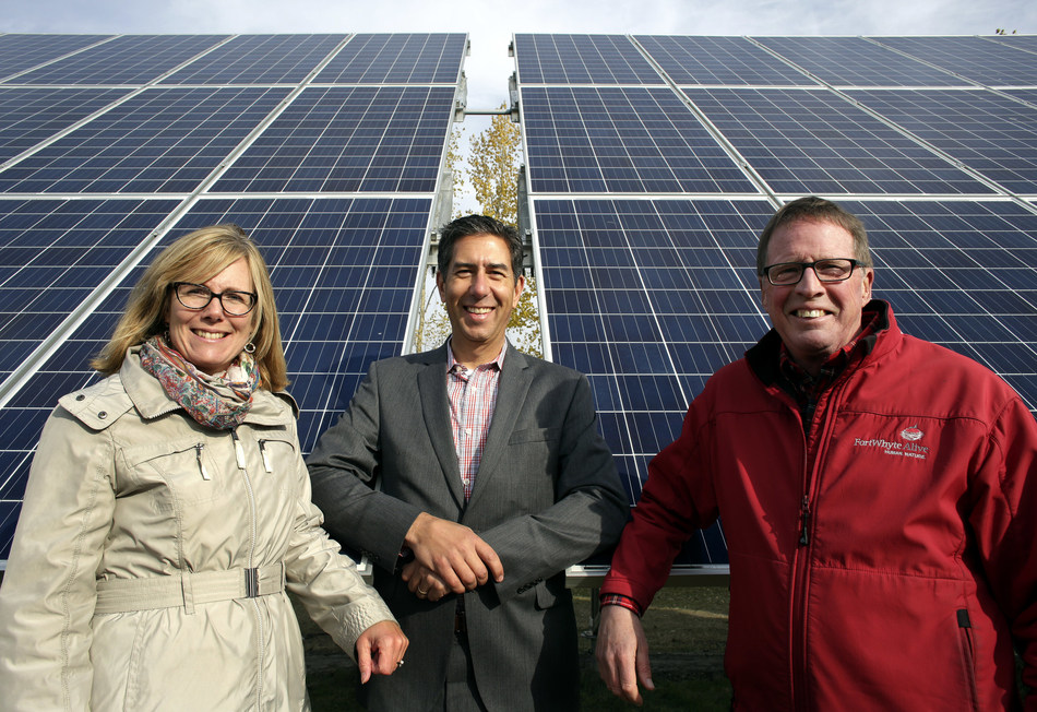 Investors Group VP Finance and Corporate Responsibility Andrea Carlson, Bullfrog Power CEO Ron Seftel (C) and FortWhyte Alive President and CEO Bill Elliott (R) team up for the launch of a solar array at FortWhyte Alive in Winnipeg Manitoba, October 12, 2017. Lyle Stafford/CNW (CNW Group/Bullfrog Power)