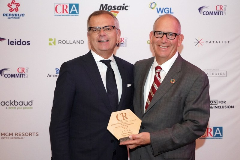 Anthony Haines (L), President and CEO of Toronto Hydro is awarded CR Magazine's Responsible CEO of the Year award by David Armon (R), CEO of the Corporate Responsibility Board. (CNW Group/Toronto Hydro Corporation)