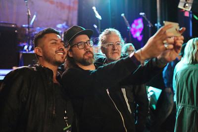Cristhian Camacho, grand admirateur de Broken Social Scene, immortalise son moment Up Close en compagnie des membres du groupe de musique Kevin Drew et Brendan Canning. Cristhian a gagné une entrée à ce concert exclusif présenté par LOTTO MAX, qui a eu lieu samedi au Phoenix de Toronto. (Groupe CNW/OLG Winners)