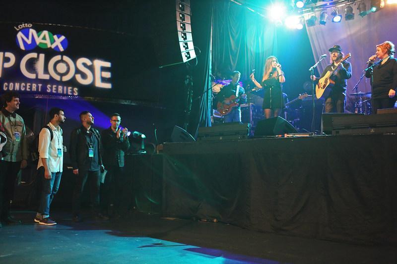 Samedi, à Toronto, les gagnants du concours Série de concerts Up Close de LOTTO MAX avaient une vue incomparable sur Broken Social Scene, leur groupe de rock indépendant favori. (Groupe CNW/OLG Winners)