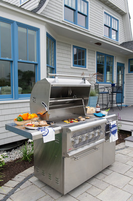 The American Muscle Grill (AMG) has helped propel Summerset into a new category of hybrid cooking with its multiple fuel capability. The AMG excels in performance over its single fuel competitors and gives the user flexibility when grilling with wood, coal, charcoal, infrared, propane, natural gas, or a combination thereof. The AMG is manufactured in the USA and inspired by 1960's era classic muscle cars.