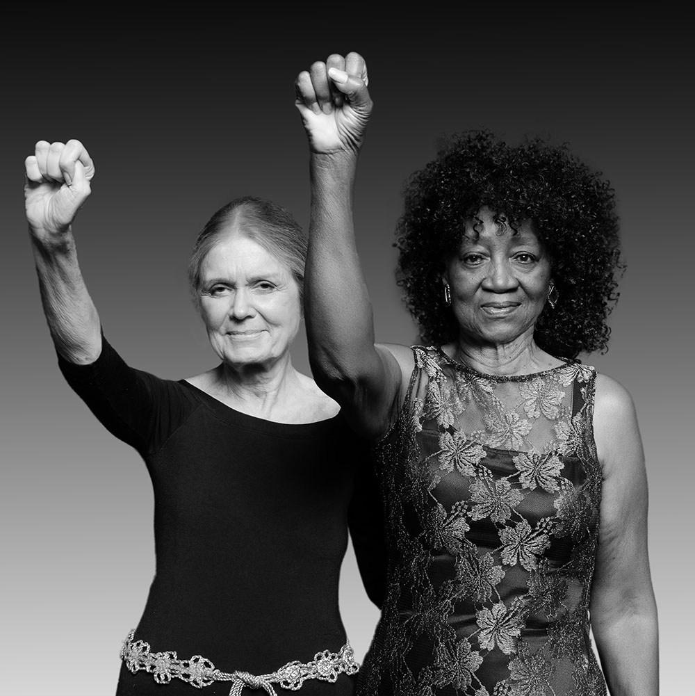 Gloria Steinem y Dorothy Pitman Hughes, recreando su famosa fotografía, 2017