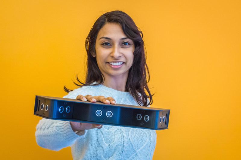 Madame Pooja Viswanathan, chef de la direction de Braze Mobility Inc., montre un capteur de détection d'obstacle qui peut transformer un fauteuil roulant ordinaire en un fauteuil roulant « intelligent ». (Groupe CNW/AGE-WELL Network of Centres of Excellence (NCE))