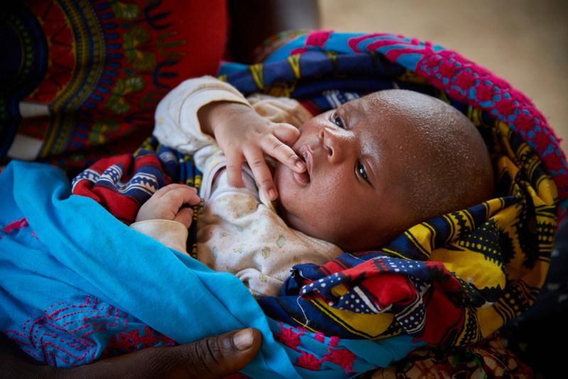 Manso Turay, âgé de 9 jours, est bercé par sa mère dans un centre de santé dans le village de Bambaya, en Sierra Leone. © UNICEF/UN065191/Phelps (Groupe CNW/UNICEF Canada)